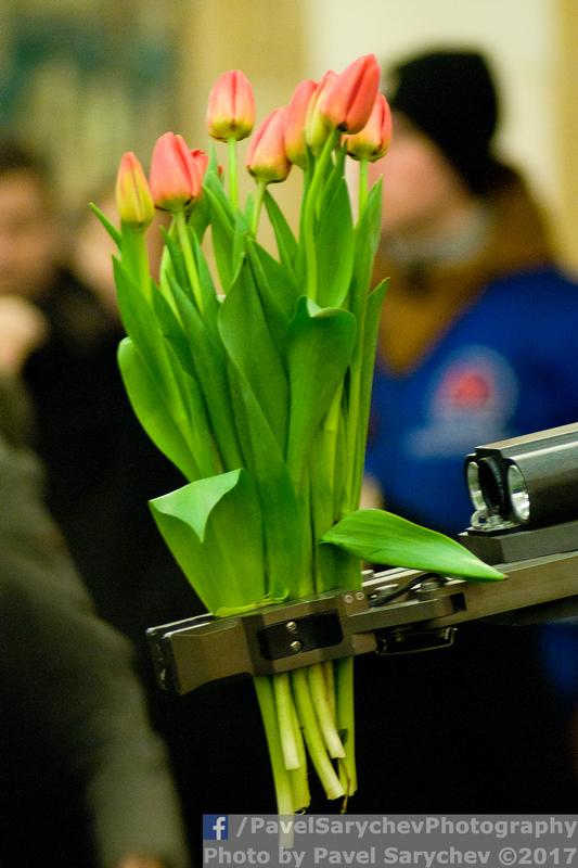 Накануне праздника в московском метро робот МЧС дарил женщинам цветы