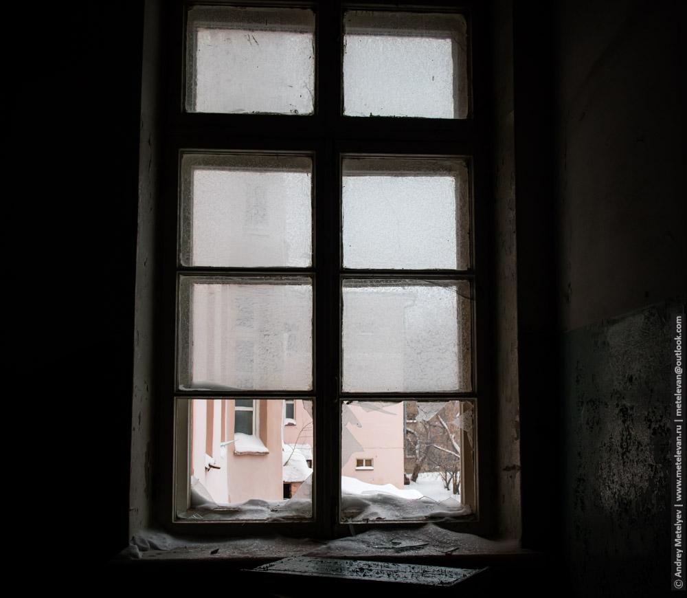 уцелевшее окно в больнице номер шесть