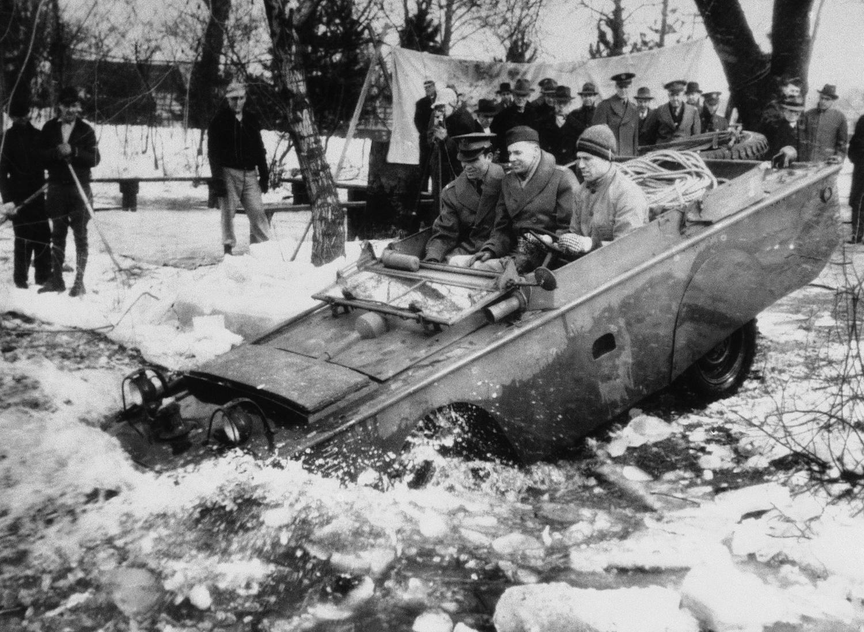 1943. 23 марта. Одна из новинок - джип-амфибия, выпускаемых для армии США, съезжает в ледяную воду для испытаний, в районе Детройта