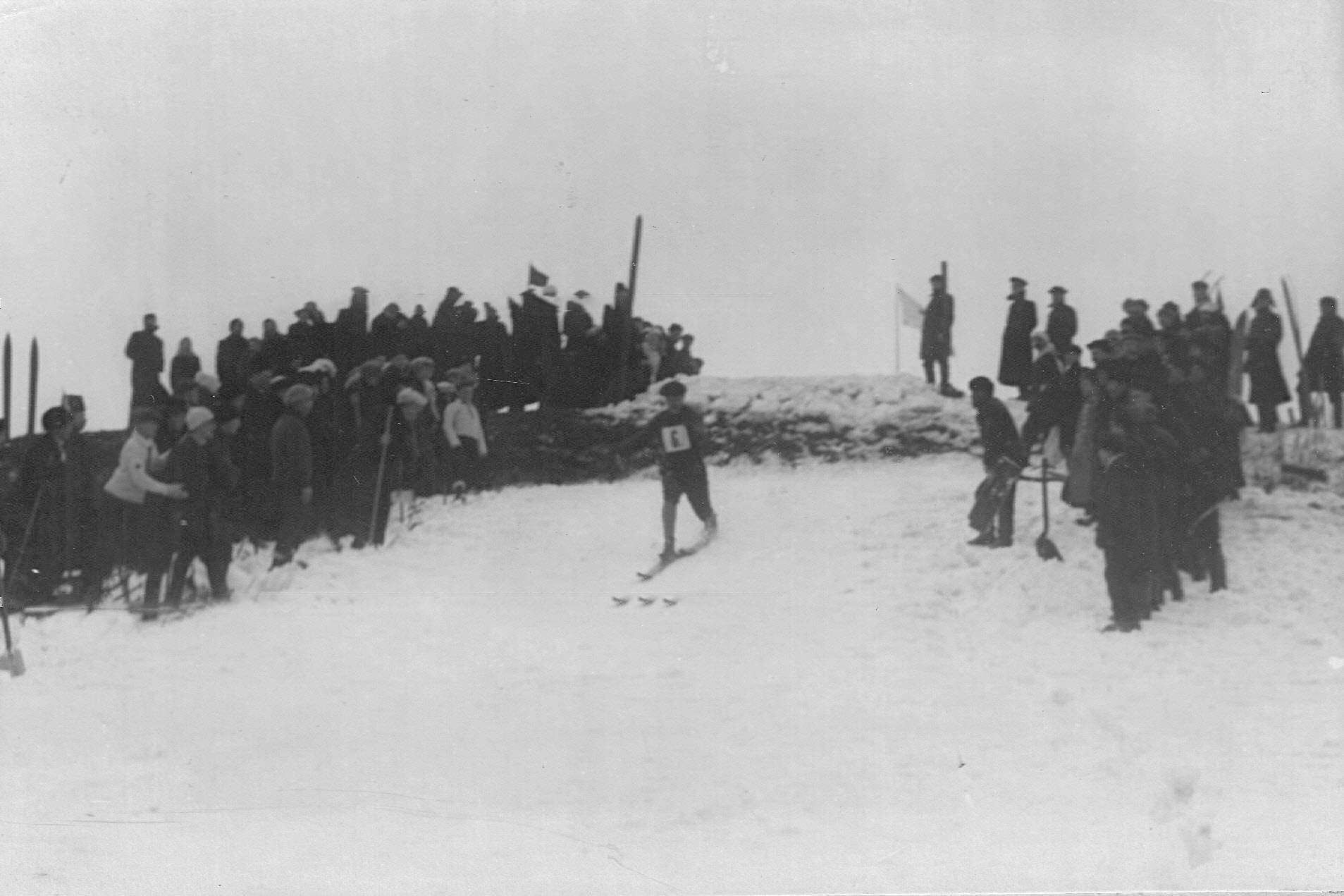 Участники состязаний подходят к финишу.