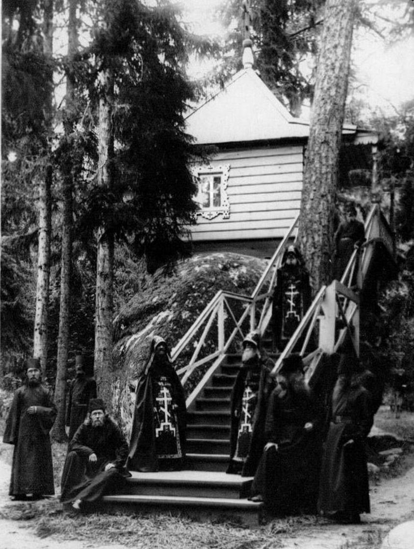 65. Группа монахов и схимников у часовни около Конь-камня