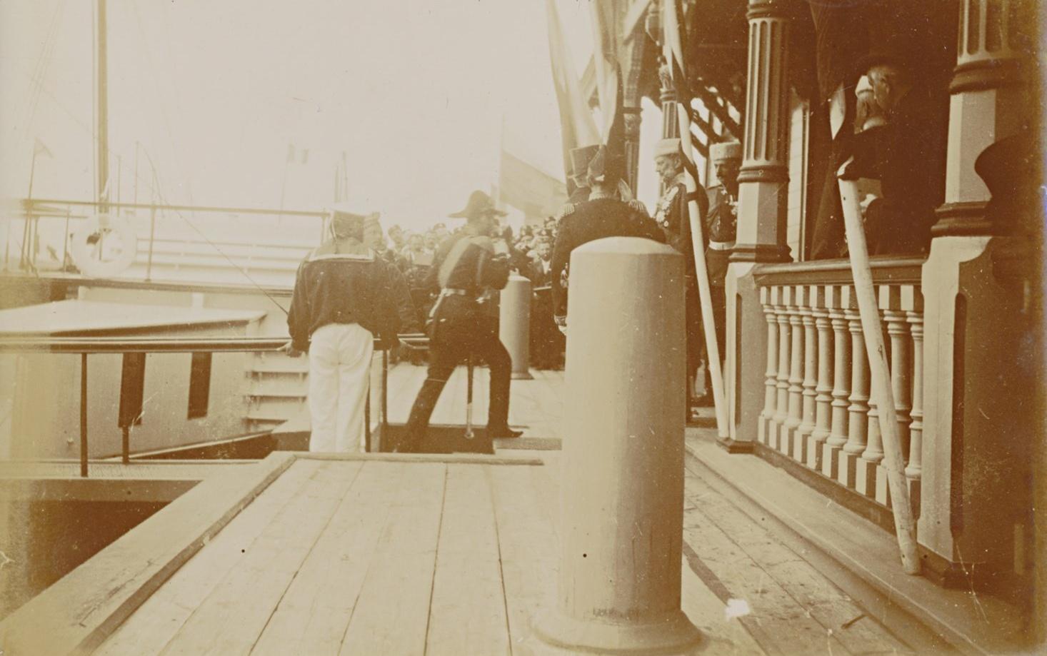 Император Николай II сходит с яхты «Александрия» на Петергофский дебаркадер