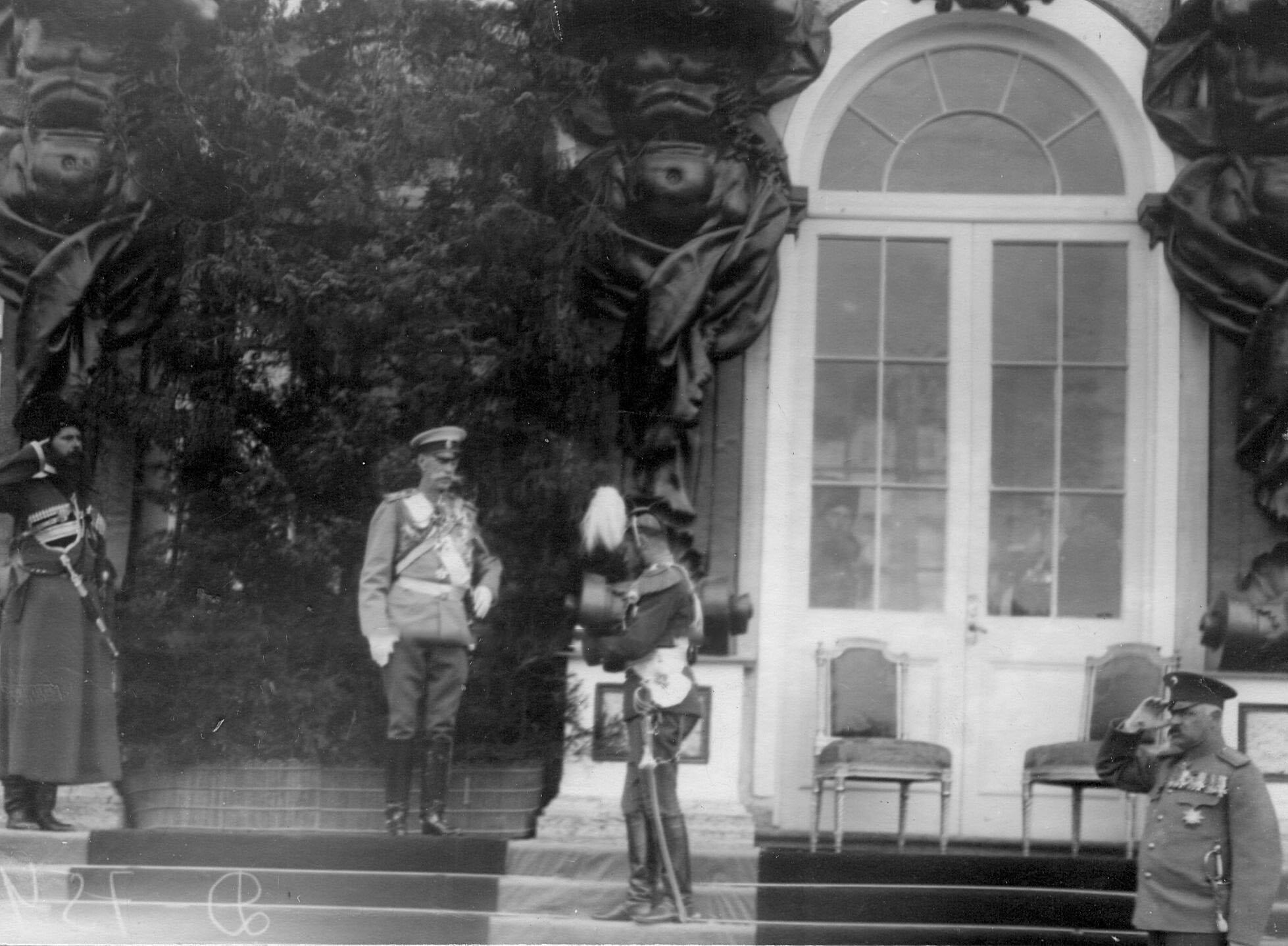 Император Николай II, министр двора В.Б.Фредерикс во время парада Уланского Её Величества лейб-гвардии полка у Екатерининского дворца
