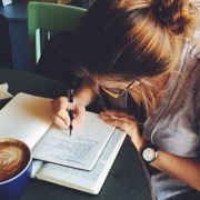 девушка пишет
