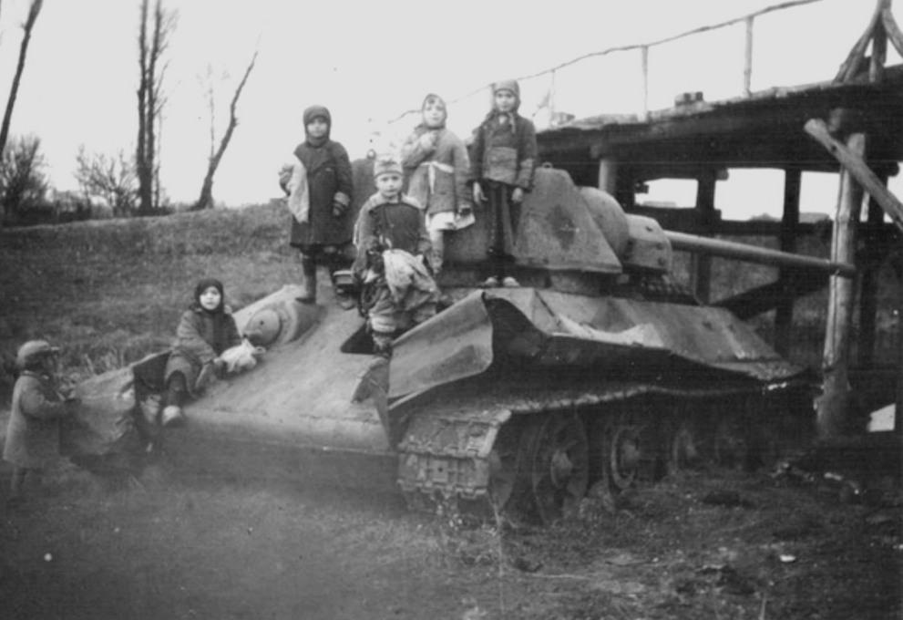Дети на подбитом танке Т-34 обр. 1942 года.
