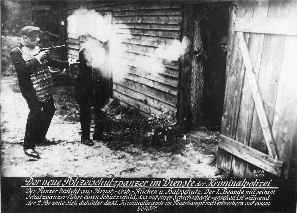 Polizeischutzpanzer / Foto um 1920 - -