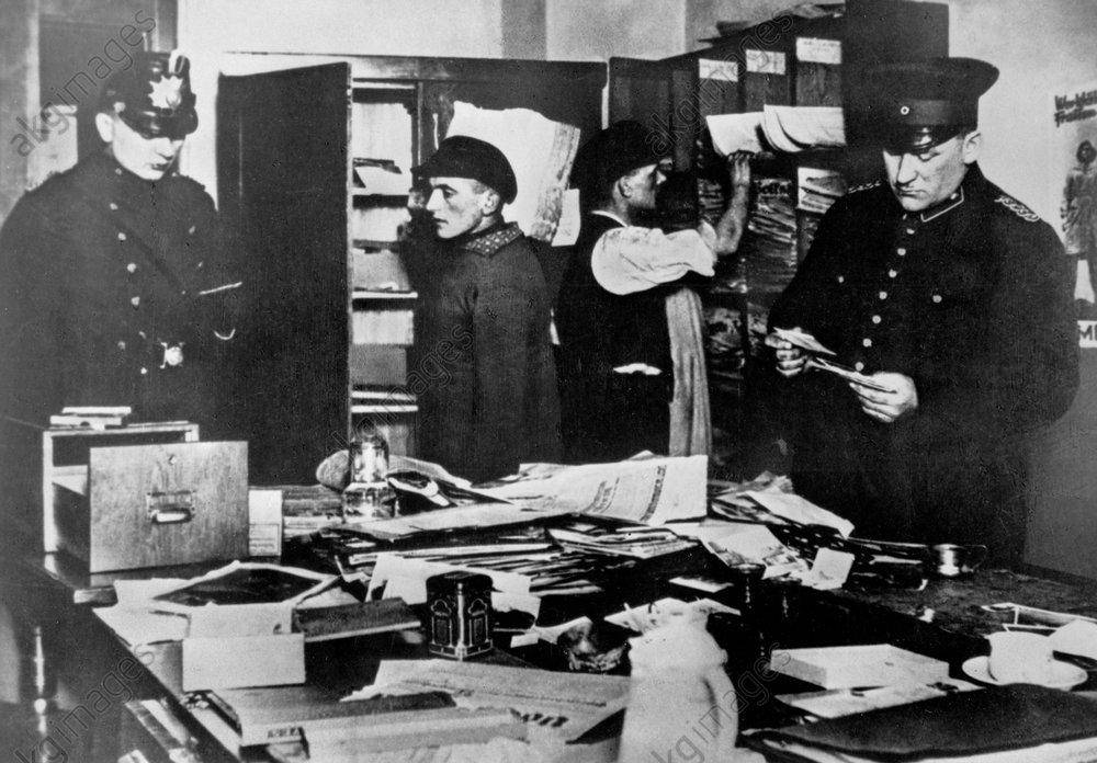 Polizei im Karl-Liebknecht-Haus 1933 - Police search Karl-Liebknecht House/1933 - Perquisition, Karl-Liebknecht-Haus 1933