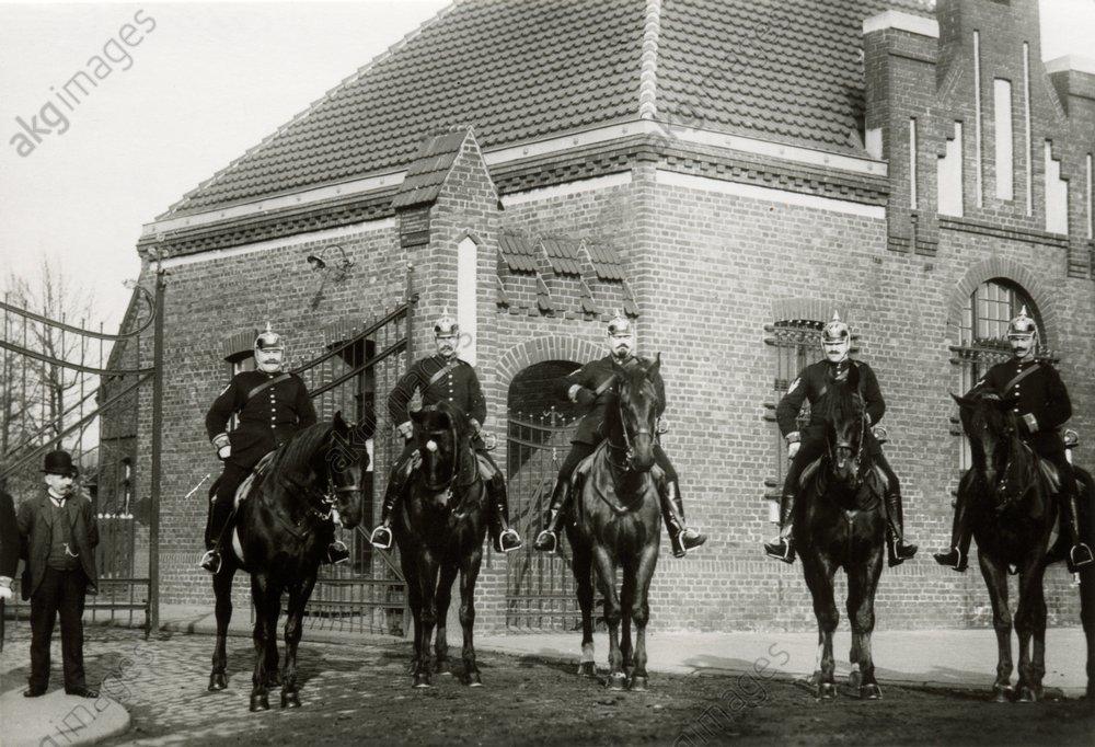 Gendarmerie vor Zeche Sterkade/Foto - - Gendarmerie dev. mine de Sterkrade/Photo