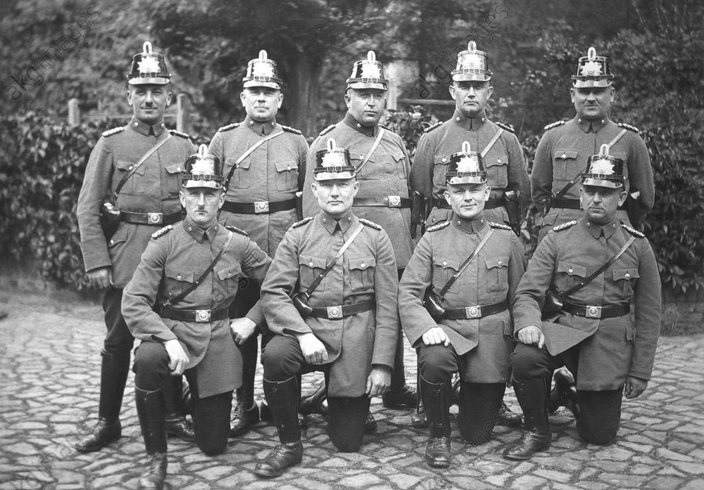 Neun Polizisten / Foto - Nine Police Officers / Photo -