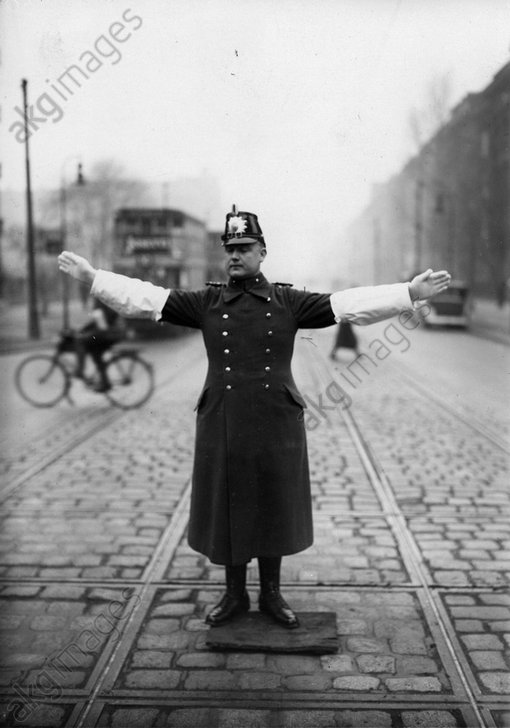 Verkehrspolizist in Berlin / Foto / 1930 - Traffic Warden in Berlin / Photo / 1930 -