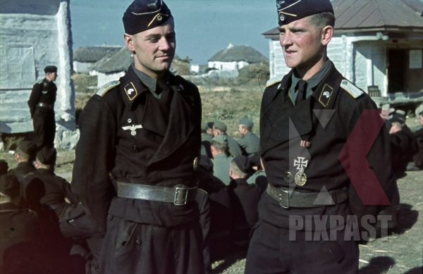 stock-photo-aufklgvrungs-panzer-officer-strategy-meeting-don-rostow-july-1942-22nd-panzer-division-11672.jpg