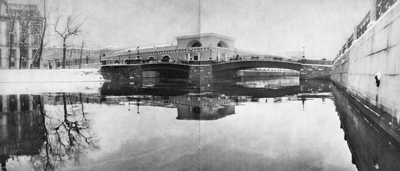 У истока канала Грибоедова. Слева – Театральный мост через канал Грибоедова, справа – Мало-Конюшенный мост через Мойку / Theatre Bridge over Griboyedov Canal (left) and Malo-Koniushenny Bridge over the Moika (right)