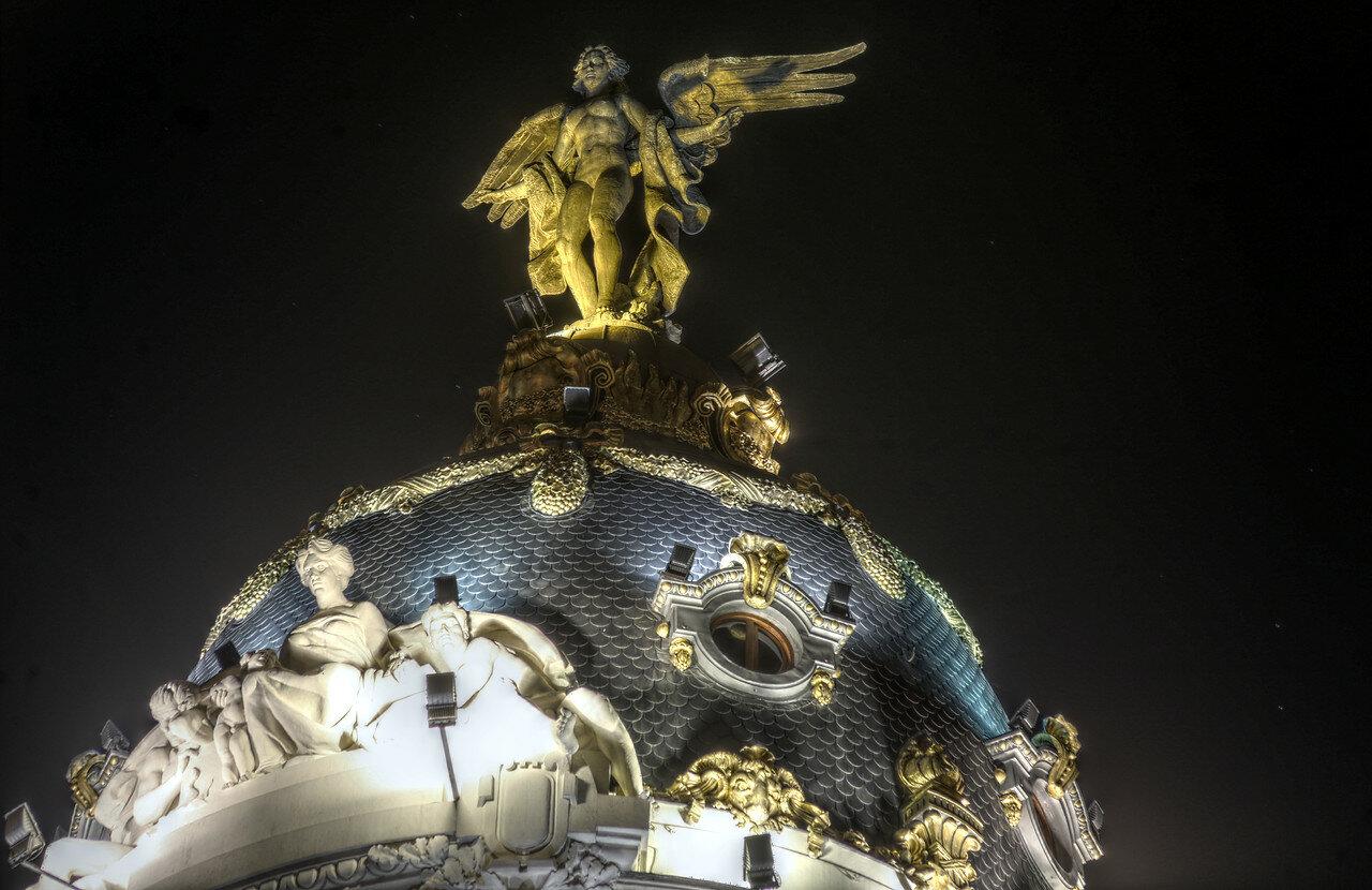 Ночной Мадрид. Здание Метрополис (Edifico Mertopolis). Купол и скульптура Феникса