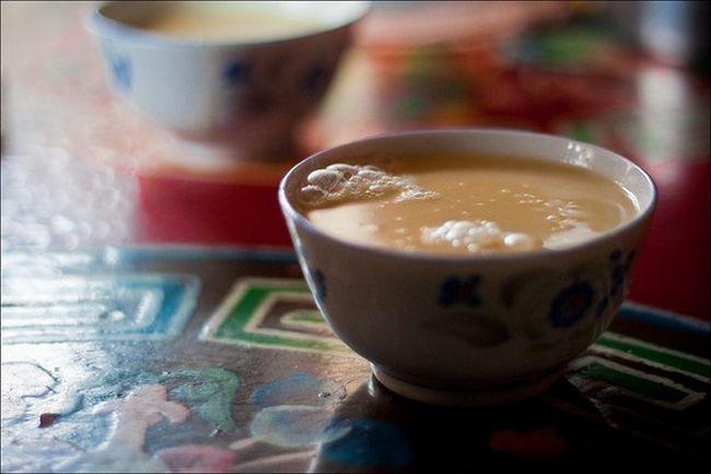 5. Тибет Тибетцы предпочитают пить часуйму, представляющую собой чай с маслом, молоком яка, солью и