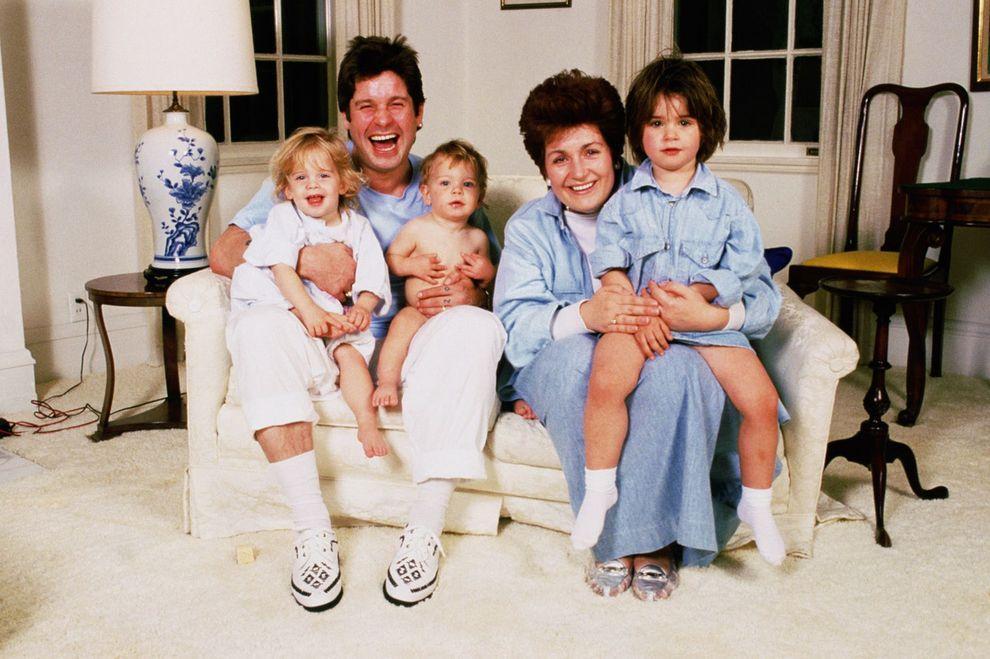 5. На удивление обычный семейный портрет времен начала 90-х. В автобиографии «Я — Оззи» Осборн откро