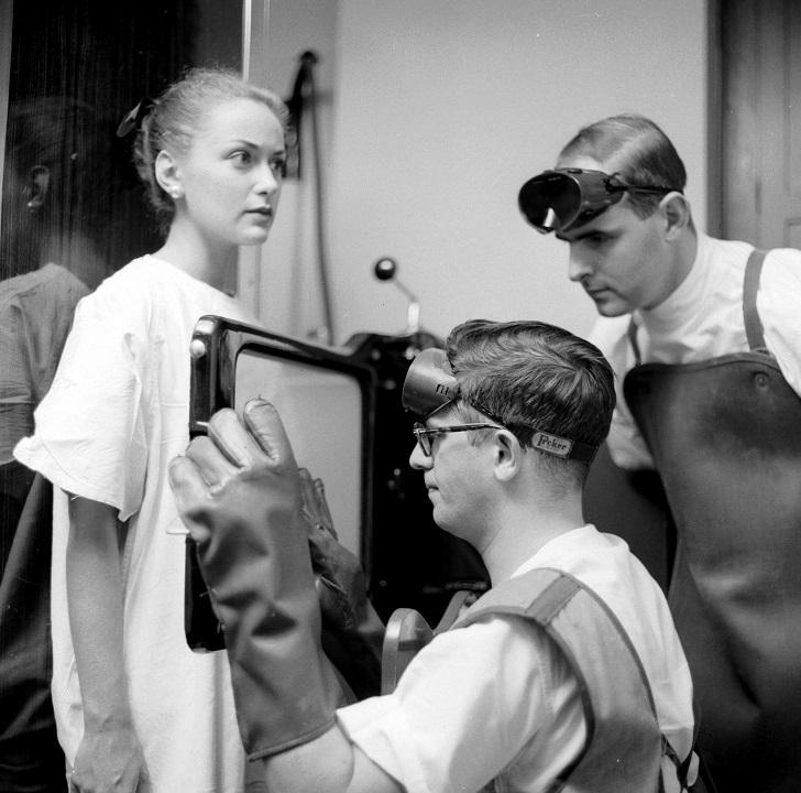 Пациентке с икотой делают рентген, Нью-Йорк, 1955.