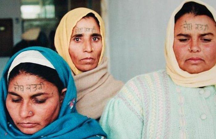 Жертвы принудительного татуажа в полиции. Индия К счастью, примеры массового принудительного татуиро