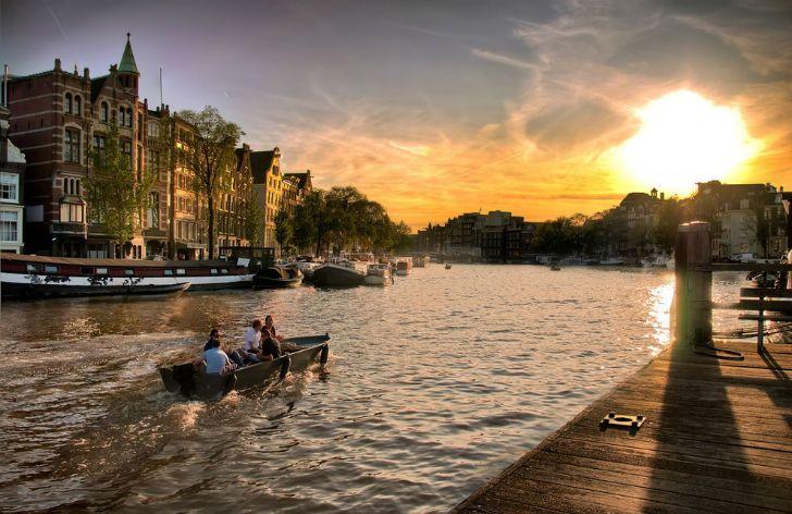 Нет ничего более романтичного, чем закат на канале.