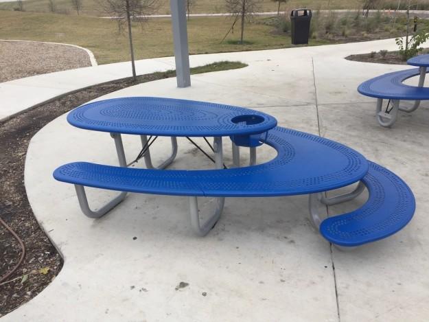 Скамейка для пикника, где найдется место и для взрослых, и для маленьких.