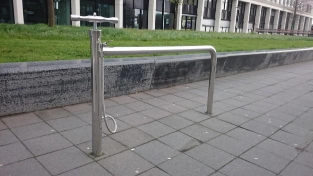 Парковка для велосипедов, оборудованная насосом.