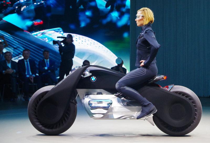 Мотоцикл будущего от BMW: ни шлема, ни руля, ни подвески (2 фото)