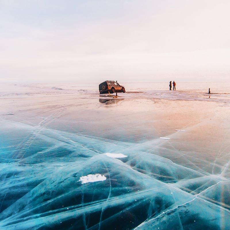 Толщина льда на Байкале достигает 1,5-2 метров! Такая глыбина выдерживает автомобиль до 15 тонн, но