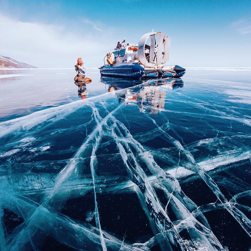 В некоторых местах лед гладкий, как зеркало. Можно снимать идеальные отражения. Очень много путешест