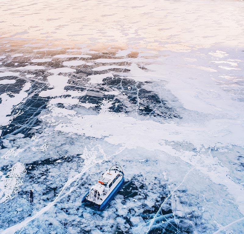 Из-за того, что лед мерзнет неравномерно, образуются торосы, льдины, торчащие вертикально, острые и