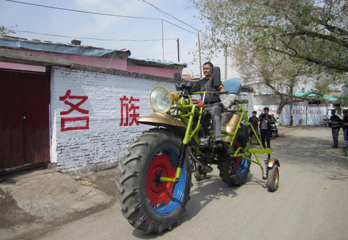 3. Этот самодельный мотоцикл высотой 2,38 м стоил своему создателю Абулажону 1300 долларов. Он весит