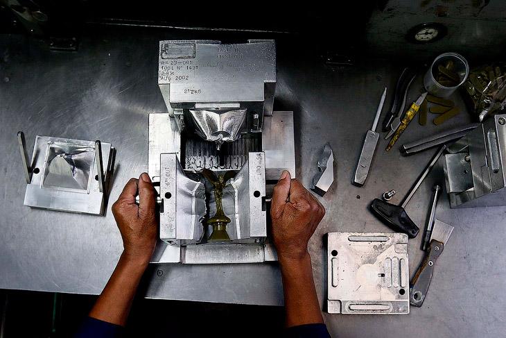 Надо отметить, что производство знаменитой статуэтки не поражает современным оборудованием и роботам