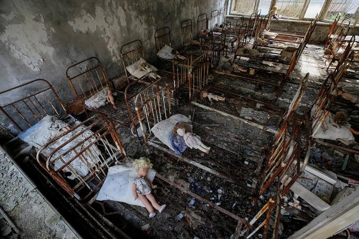 2. Однако, куклы не кажутся беспорядочно разбросанными, кто-то их аккуратно разложил на кроватях. (