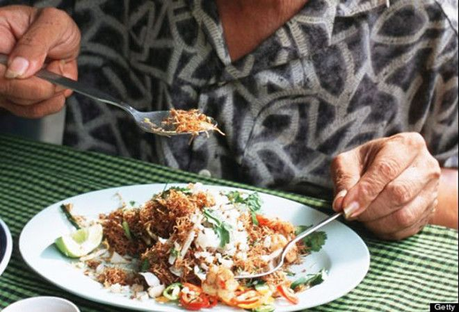Используйте вилку лишь для того, чтобы положить еду на ложку, когда едите блюдо с вареным рисом. Ест