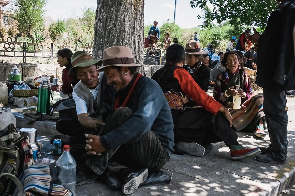 5. В термосах, естественно, чай. А в пластиковых бутылках тибетцы привозят с собой ячменный чанг, сл