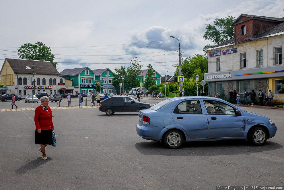 3. Отсюда мы начинаем движение по улице Красная Гора. Уют тут же сменяется разрухой — вся улица