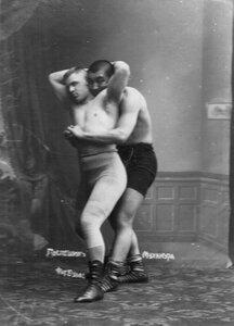 Борцы Муханура (справа) и К.Поспешил, участники чемпионата, во время борьбы.