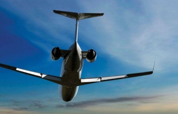 Нетрезвый русский пассажир пытался открыть дверь самолета вовремя полета