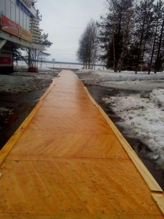 К форуму с участием Путина, тротуар вместо асфальта покрыли паркетом