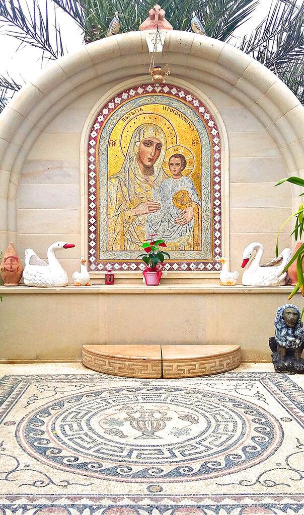 Мозаичный образ Иерусалимской Божией Матери напротив входа в монастырь во внешнем дворике