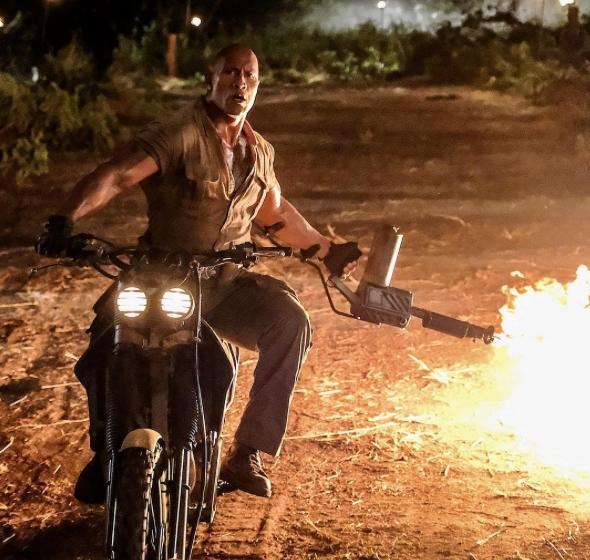 Джуманджи 2 (2017). Дуэн Джонсон на мотоцикле с огнеметом в руках