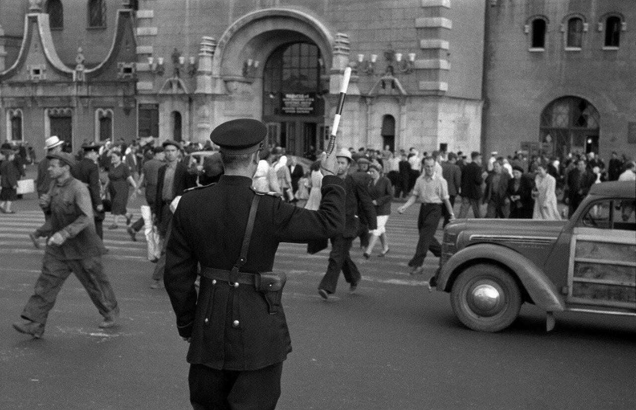 561983 На Комсомольской площади  Н. Бобров 1956.jpg