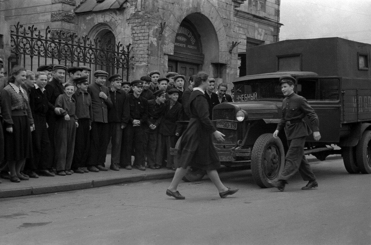 561928 У Дома пионеров. Школа юных автомобилистов Н. Бобров 1956.jpg