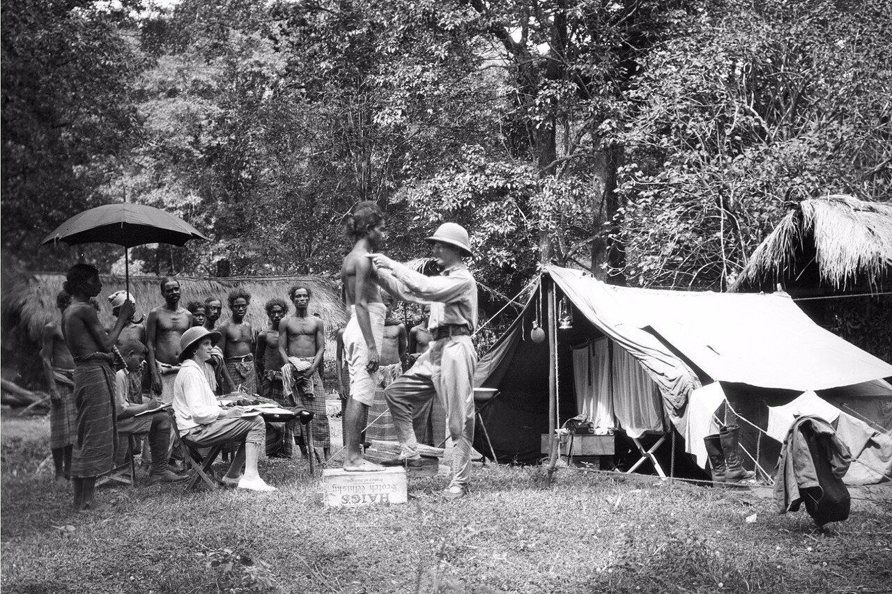 117. Эгон фон Эйкштедт проводит антропологические измерения восьми мужчин веддов