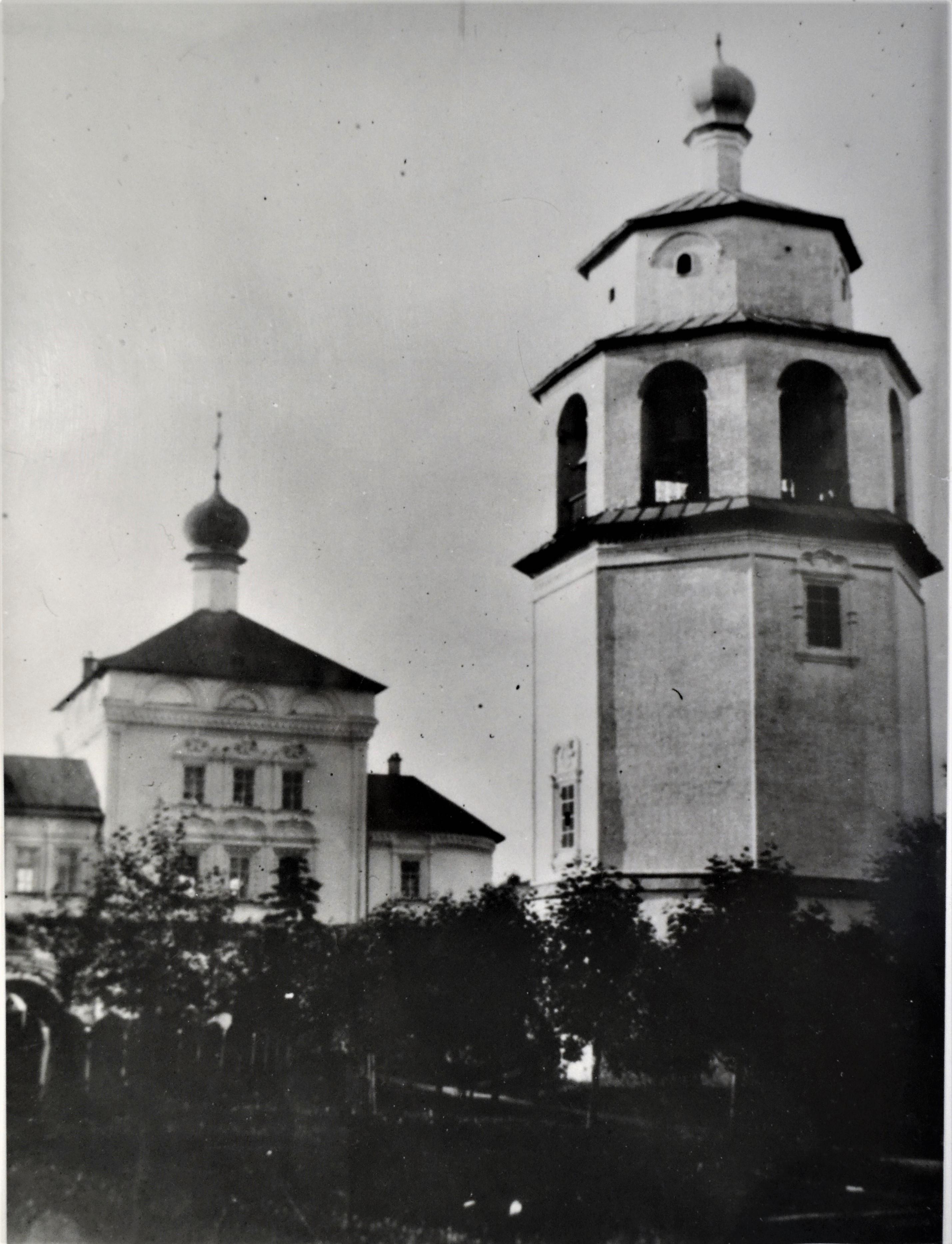 Колокольня и Никольская церковь Трифонова монастыря