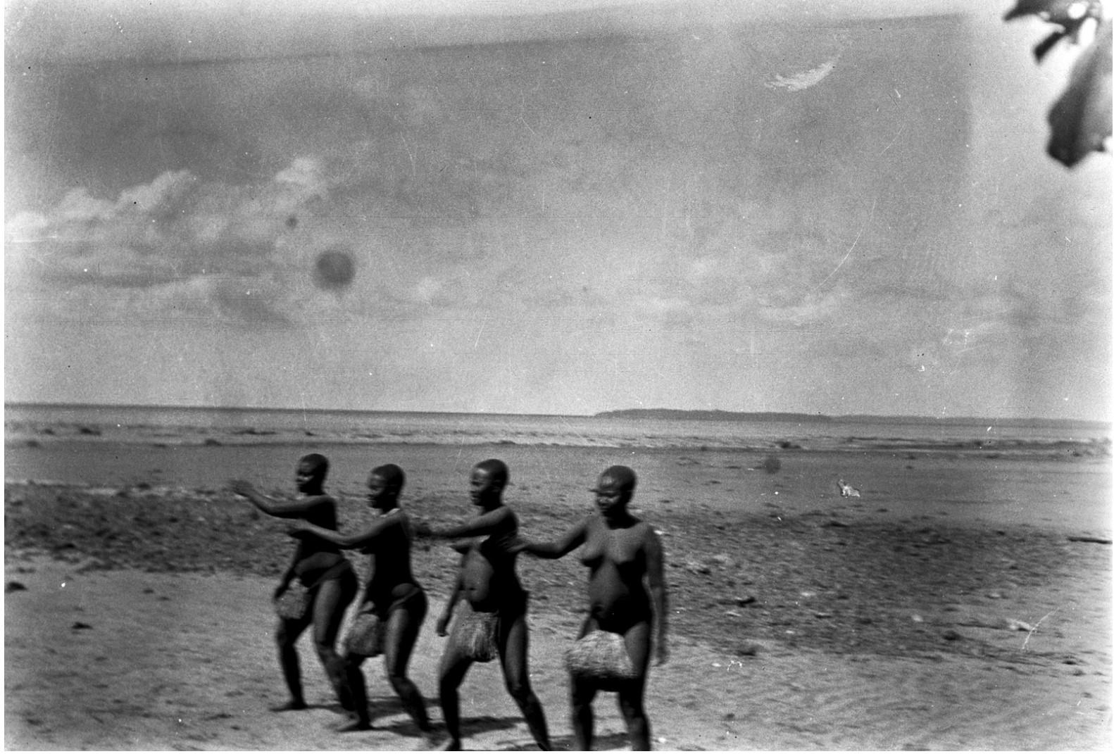 1207. Народность онге. Группа женщин танцует на берегу