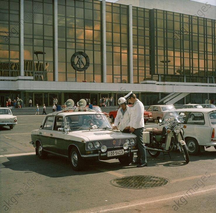 DDR-Volkspolizisten / Foto 1984 - -