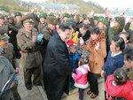 Ким Чен Ун с людьми во время осмотра заставы на Западном море.jpg