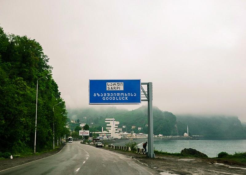 Дорога идет прямо вдоль моря и пляжа, что не очень удобно