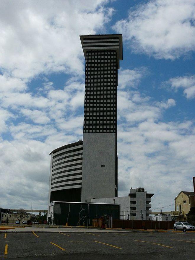 9. Башня Plaza, США Эта 45-этажная конструкция с верхушкой, напоминающей шляпку гриба, заявила об эр