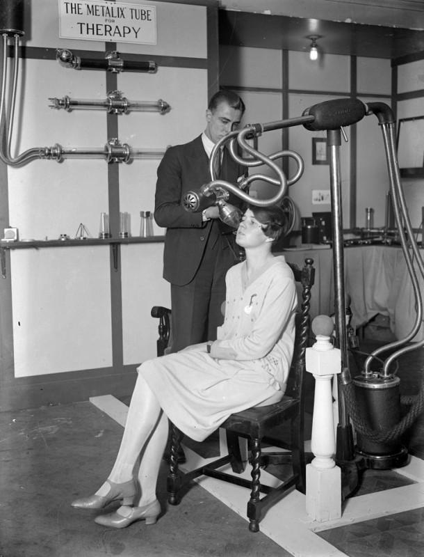 Мужчина и женщина демонстрируют медицинское оборудование на выставке рентгена, 1928.