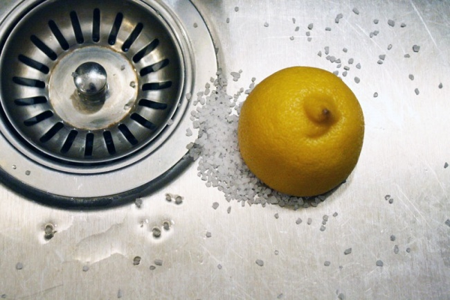 © brit  Соль всочетании слимонным соком очищает раковину нехуже, чем специальное средство.
